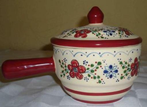Salsera con mango color vino elaborada en cerámica de alta temperatura