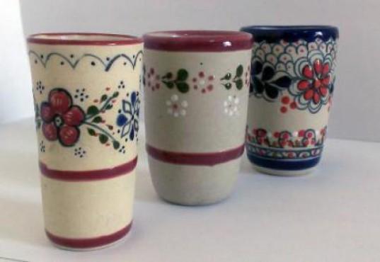 Vaso Tequilero Chico  elaborado en cerámica de alta temperatura.